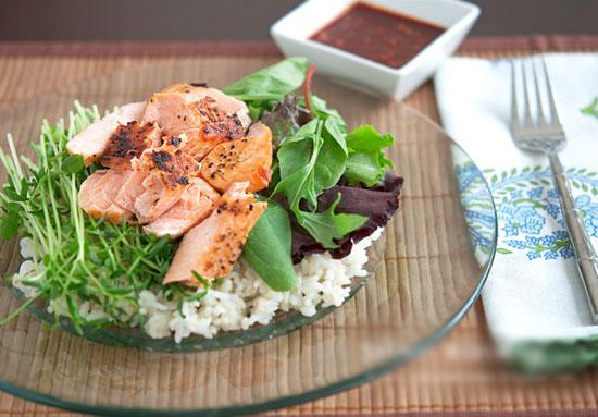Cá hồi chứa rất ít chất béo nhưng lại giàu protein, tốt cho sự phát triển cơ bắp và não bộ, rất có lợi cho các bà bầu.