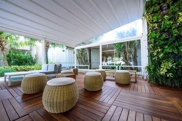 Nếu ngại ánh nắng mặt trời, du khách có thể lựa chọn những khoảng xanh râm mát, thư thái nghe nhạc, đọc truyện hay làm việc.