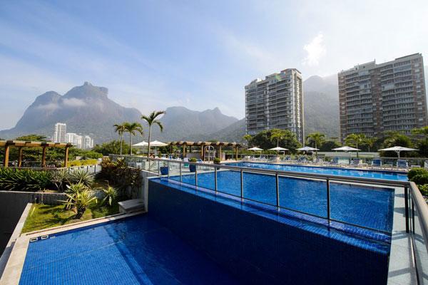 Bể bơi của khách sạn được xây dựng ngoài trời, được thẩm định bằng tiêu chuẩn quốc tế.