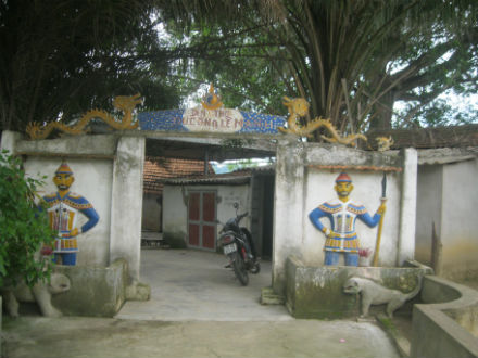 Đền Khe Xanh bên dòng suối