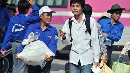 Sinh viên tình nguyện vận chuyển đồ giúp sĩ tử mùa thi. Ảnh minh họa