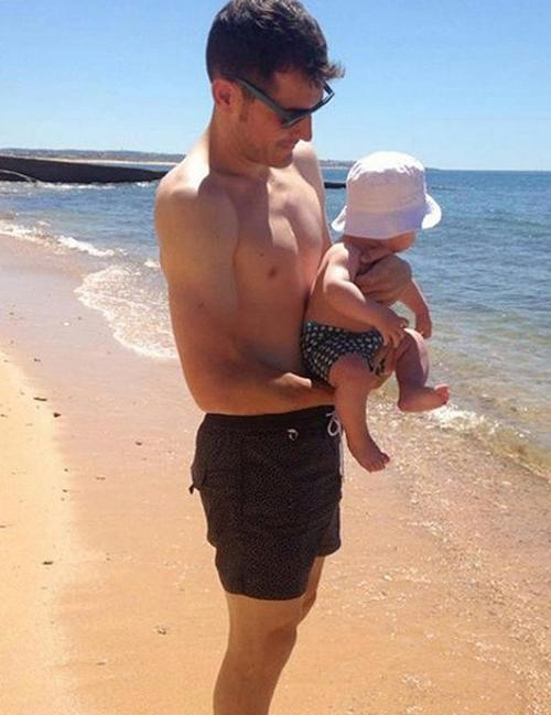 Casillas và các đồng đội có nhiều thời gian dành cho gia đình hơn. Trên trang cá nhân, thủ môn Real khoe ảnh anh bế con ra tắm nắng trên bãi biển