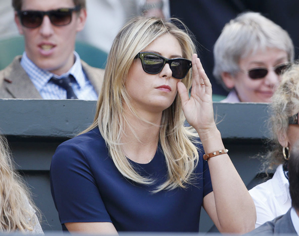 Những cử chỉ duyên dáng của người đẹp Nga khi xem bạn trai thi đấu.