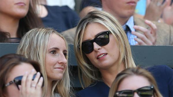 Sharapova vui vẻ trò chuyện với một cô bạn ngồi bên cạnh.