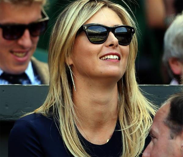 Maria Sharapova là gương mặt được chú ý trên khán đài trận bán kết một đơn nam Wimbledon giữa Dimitrov và Djokovic hôm qua.