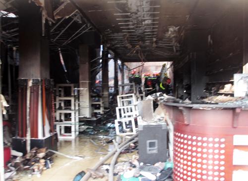 Hỏa hoạn xảy ra lúc vợ chồng ông Triều và cô con gái ngủ phía sau, trước tiệm có 6 nhân viên tiệm giày.