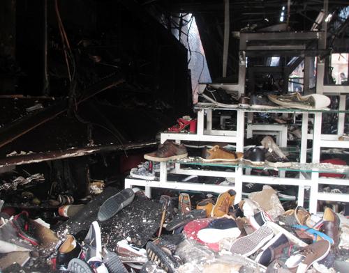 Chủ tiệm giày cho biết vừa nhập lô hàng 5 tỷ đồng đã bị cháy rụi.