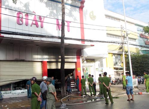 Khi hỏa hoạn, nhân viên tiệm giày trổ mái tôn và trèo qua cây ven đường để ra ngoài gọi báo cảnh sát.