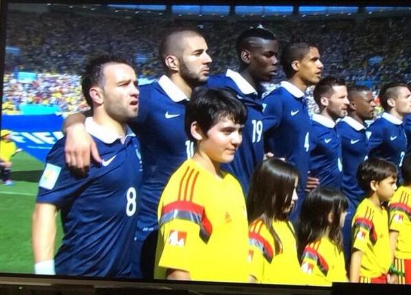 Không ít fan chú ý tới khoảnh khắc hài hước khi các tuyển thủ Pháp khoác vai hát quốc ca trong trận tứ kết gặp Đức hôm 4/7