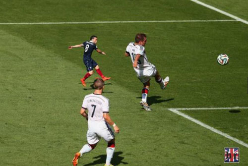 Valbuena bị 'dìm hàng' trước Philipp Lahm dù thủ quân của tuyển Đức cũng chỉ cao 1m70.