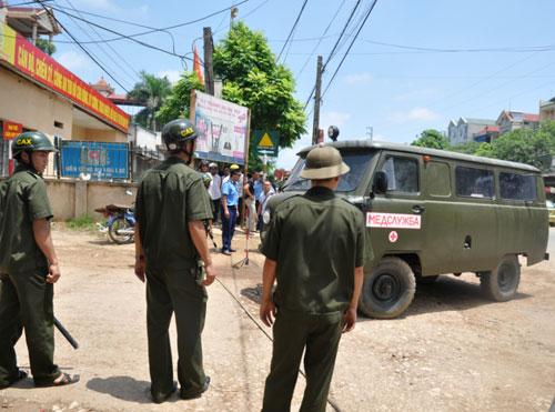 Xe cứu thương quân đội chở người bị nạn đi cấp cứu.