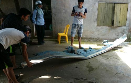 Cánh chiếc máy bay gặp nạn văng xuống khu vực nhà dân ở thôn 11, xã Bình Yên. Ảnh: Thanh Tùng.