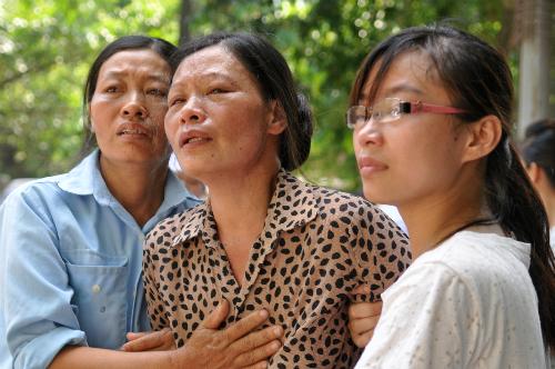 Gia đình những người bị nạn chờ đón thi thể người thân tại khu vực nhà đại thể của Bệnh viện 108.