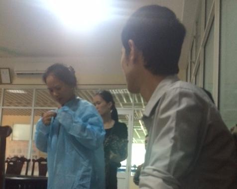 Người nhà bệnh nhân chuẩn bị vào thăm thân nhân tại Viện bỏng Quốc gia. Ảnh: Giao thông vận tải