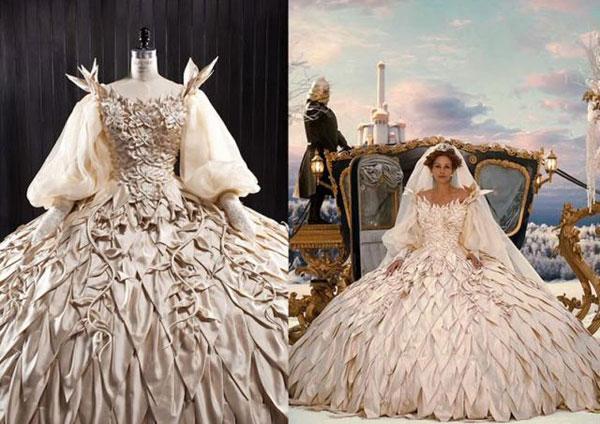 Nữ hoàng độc ác Julia Robert trong bộ phim Mirror Mirror khiến người xem ấn tượng với phong cách thời trang lòe loẹt, đặc biệt là chiếc váy cưới nhiều tầng lớp. Các lớp xếp phủ đều và trải dài đến tận chân váy, tay áo xèo bồng diêm dúa. Thiết kế của Eiko Ishioka khiến cho hoàng hậu độc ác trở thành một trong những cô dâu ấn tượng nhất mọi thời đại. Ảnh: Thepovertyrow.