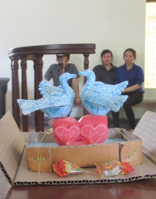 Món quà dùng xà bông tạc thành đôi thiên nga đang hướng về nhau và dòng chữ Love you bị cáo Trần Diễn Thương mang đến Tòa án tặng người yêu-bị cáo Lô Thị Phương Xa.