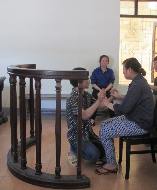 Khi HĐXX đang nghị án, bị cáo Trần Diễn Thương quỳ xuống động viên người yêu là bị cáo Lô Thị Phương Xa.