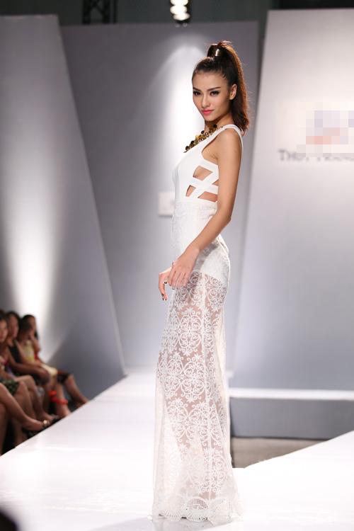 Hồng Quế xuất hiện vô cùng ấn tượng với mẫu váy cut-out sexy và được phối hợp chân váy ren đẹp mắt.