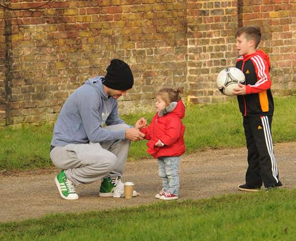 Hình ảnh Harper chơi đùa với bố và anh trai thu hút sự chú ý của nhiều người.
