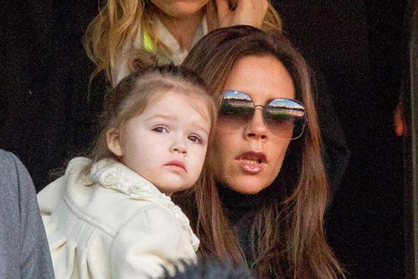 Khi bố Becks tới Pháp thi đấu cho PSG, Harper cũng thường xuyên xuất hiện trên khán đài cùng mẹ.