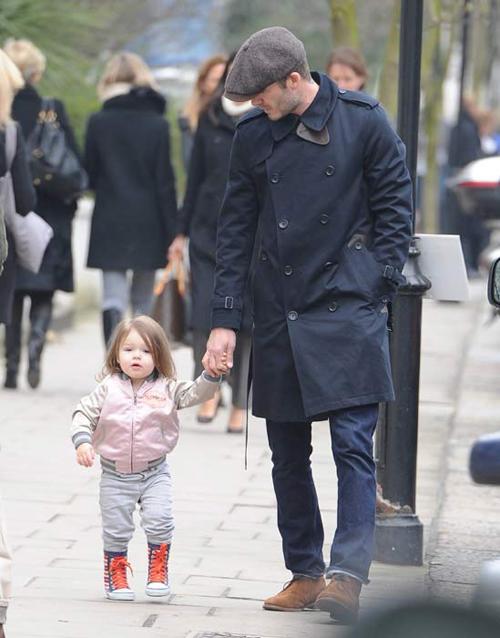 Harper và bố sành điệu, thời trang trong một lần xuống phố.
