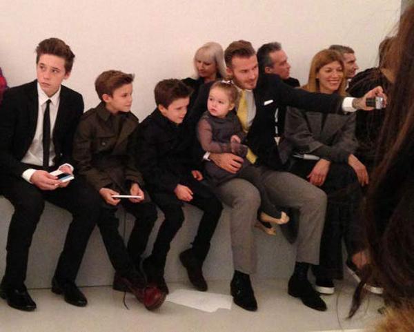 Harper lần đầu tiên đi xem buổi giới thiệu bộ sưu tập thời trang của mẹ cùng ba anh trai.