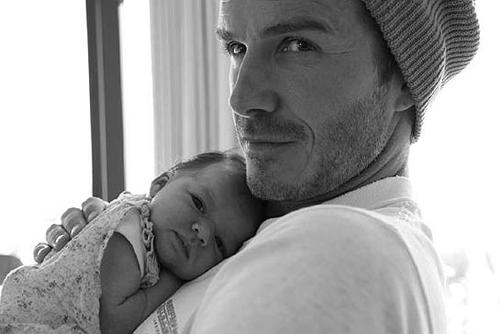Khi Becks bế con, Vic cũng tranh thủ chụp lại khoảnh khắc ngọt ngào của hai bố con.