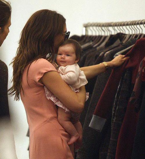 Harper mới hai tháng tuổi trong chuyến đi mua sắm đầu tiên tới cửa hàng Prada cùng bà mẹ thời trang.