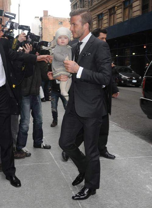 Tháng 2/2012 khi Harper mới được 8 tháng tuổi, cô nhóc theo chân bố tới cổ vũ mẹ Vic ra mắt bộ sưu tập thời trang tại New York.