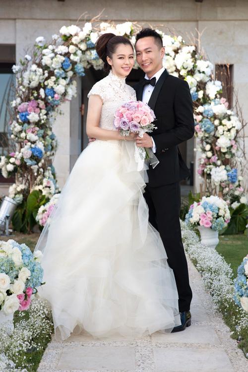 Sau đó ba ngày, đôi uyên ương tổ chức hôn lễ theo phong cách hiện đại trên hòn đảo Bali xinh đẹp. Trong hôn lễ, ngôi sao nổi tiếng của làng giải trí Hoa ngữ toát lên vẻ hạnh phúc rạng ngời với phong cách trẻ trung. Ảnh: Asianfanatics.