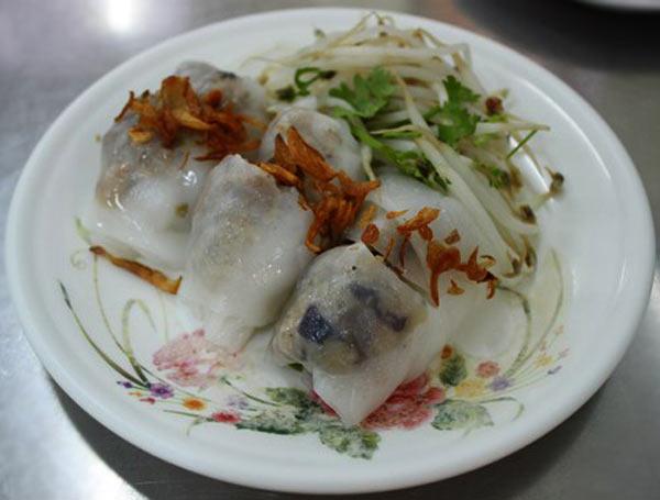 Bánh cuốn nóng là món ăn Hà Nội được nhiều người Sài Gòn yêu thích.