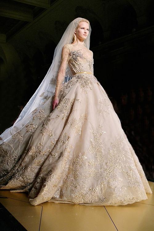 Trong cùng năm 2012, Elie Saab cho ra mắt bộ sưu tập váy cưới thu đông với tâm điểm là chiếc váy màu