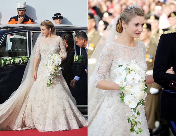 Công chúa Stephanie de Lannoy mặc chiếc váy ren màu ngà voi, đính trên nền vải satin organza trong đám cưới với hoàng tử Guillaume tại Nhà thờ Đức mẹ.