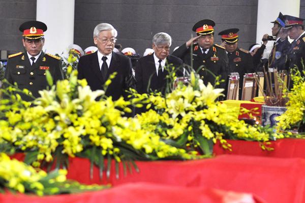 7h sáng, lễ viếng chính thức bắt đầu. Tổng bí thư Nguyễn Phú Trọng, nguyên Tổng bí thư Lê Khả Phiêu cùng lãnh đạo Bộ Quốc phòng tham gia lễ viếng.