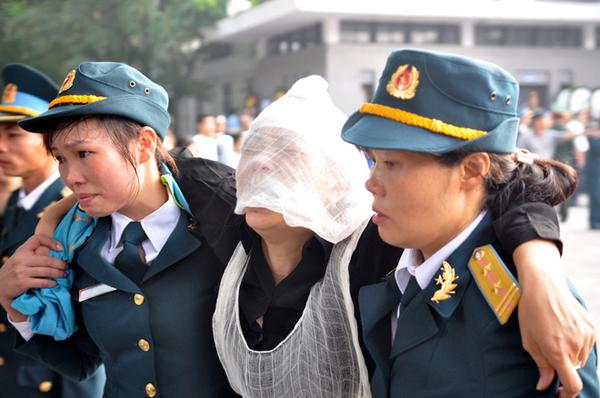 Thiếu tá Nguyễn Đào Hồng Tâm, Tổ trưởng Dù hàng không; Trung tá chuyên nghiệp Đặng Thành Chung, giáo viên Dù thuộc Trung tâm Tìm kiếm cứu nạn Đường không, Bộ Tham mưu, Quân chủng Phòng không-Không quân, được truy tặng Huân chương Chiến công hạng Nhì. 13 chiến sĩ khác đã anh dũng hy sinh trong thực hiện nhiệm vụ huấn luyện chiến đấu, được truy tặng Huân chương Chiến công hạng Ba.
