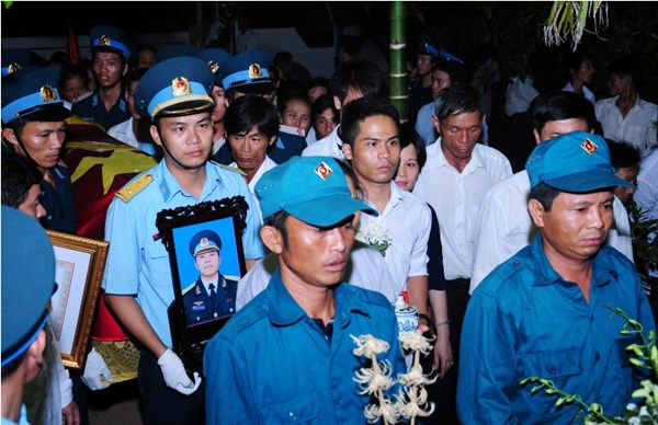 Đồng đội, người thân và bà con lối xóm đón linh cữu Thiếu úy Nguyền Đình Bình về quê nhà nơi anh đã sinh ra.
