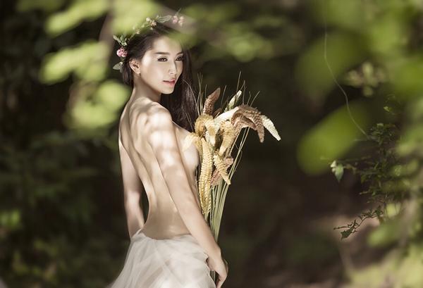 Mẫu Việt Hương Lan táo bạo cởi áo bán nuy