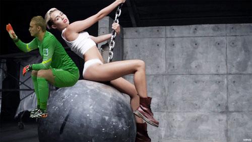 Thủ thành Hà Lan được ghép đôi với cô ca sĩ cá tính Miley Cyrus.