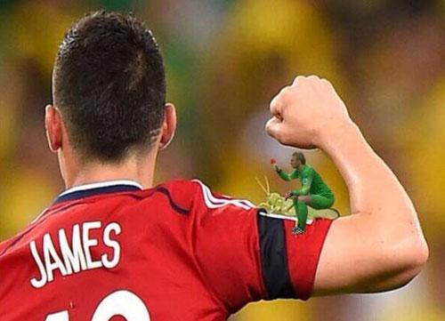 Cillessen cưỡi châu chấu voi bám trên vai tiền đạo James Rodriguez.