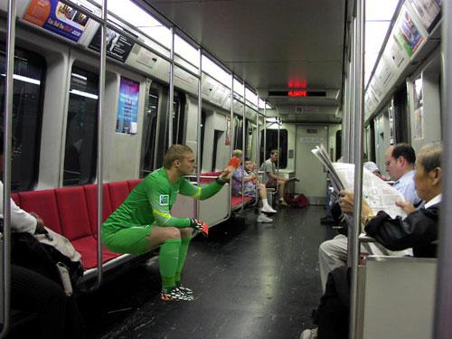 Cillessen tranh thủ đi xe điện ngầm...