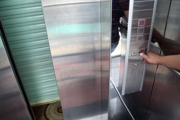 Bên trong thang máy xảy ra sự cố. Ảnh: Châu Thành