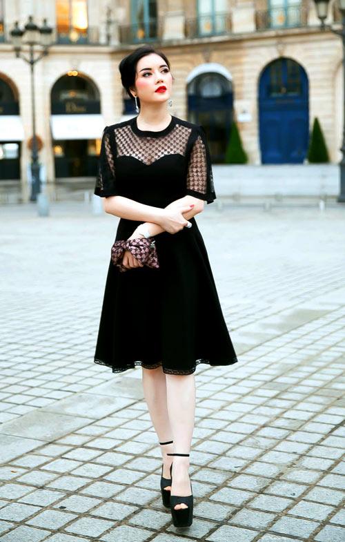 Là khách mời của show Alexis Mabille thuộc Tuần lễ thời trang Paris Haute Couture Thu đông 2014, Lý Nhã Kỳ nhận được nhiều lời khen về bộ đầm đơn giản nhưng quý phái và chiếc ví cầm tay họa tiết ăn ý phần vải lưới trên vai