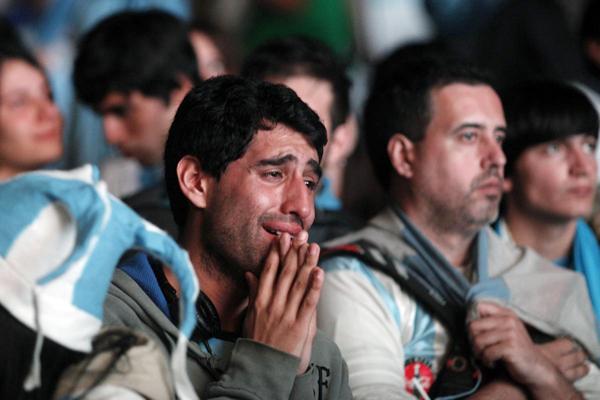Fan nam Argentina khóc nức nở