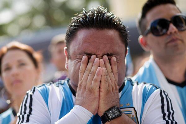 Fan Argentina tại Miami, Mỹ, ôm mặt chán nản và tiếc nuối.