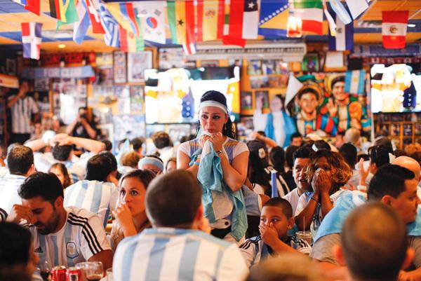 Fan nữ Argentina mặt