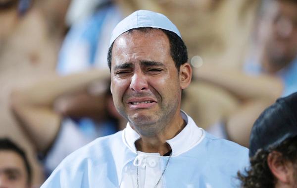 Một người đàn ông Argentina khóc nức nở trên khán đài sân Maracana sau trận chung kết