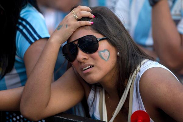 Fan nữ Argentina buồn bã khi xem bóng đá tại một địa điểm công cộng ở thủ đô Madrid, Tây Ban Nha.