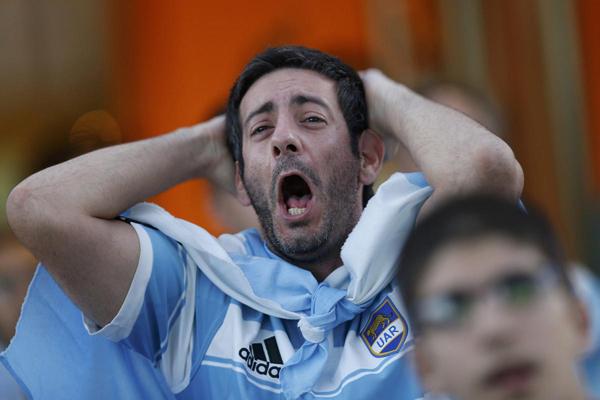 Fan Argentina ôm đầu thể hiện sự thất vọng khi xem bóng đá tại Đại sứ quán Argentina ở thủ đô Brasilia, Brazil.