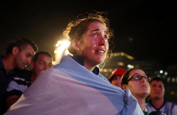 Gương mặt đẫm lệ của một cô gái xứ tango tại bãi biển Copacabana.