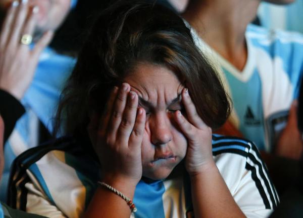 Cô gái ở Buenos Aires ôm mặt